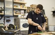 Άκης Πετρετζίκης: Δείτε την πρεμιέρα του «Kitchen lab» στον ΣΚΑΙ