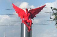 Σάλος με γλυπτό «Φύλακα άγγελο» που εγκαταστάθηκε στο Παλαιό Φάληρο