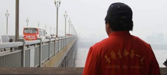 Τσεν Σι: Ο «Άγγελος της Ναντζίν» που αποτρέπει τις αυτοκτονίες
